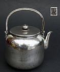 Large hammered silver teapot (ginbin) Signed Teppei. Weight: 330 g.