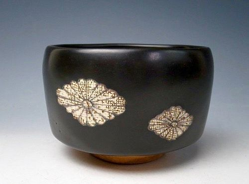 Kuro Oribe Tea Bowl with Chrysanthemum Mark