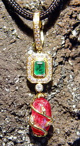 18K. Gold Pendant with Spinel-Emerald and Diamonds