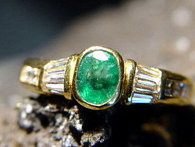 18K. Solid Gold Ring set with Emerald and Diamonds