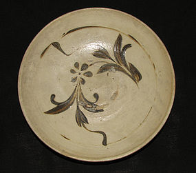 A Cizhou saucer with floral decoration. Yuan dynasty.