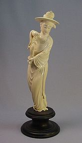 19TH CENTURY CHINESE CARVED IVORY STATUE OF A WOMAN