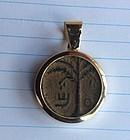 A BRONZE COIN OF BAR KOCHBA SET IN 14K GOLD PENDANT