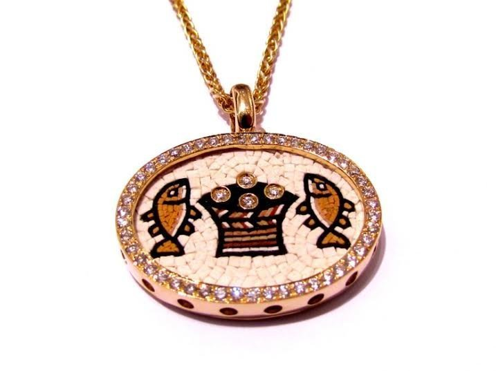 A MICRO MOSAIC OF LOAVES AND FISHES IN 18K GOLD AND DIAMOND PENDANT