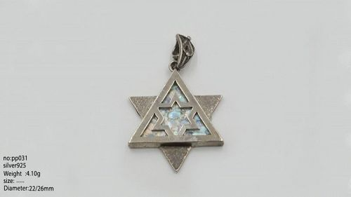 A ROMAN GLASS FRAGMENT IN SILVER STAR OF DAVID PENDANT
