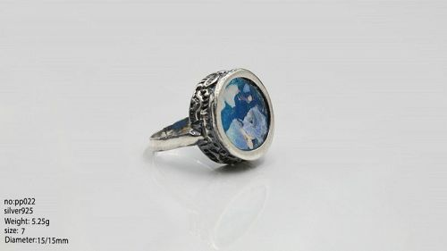 A ROMAN GLASS FRAGMENT IN STERLING SILVER RING