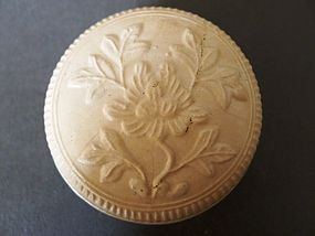 A very nice fourteenth century Dehua ware covered box