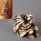 19c netsuke WOMAN with bag eating by RYOMIN