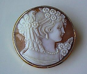 FINELY CARVED SHELL CAMEO IN 18K FRAME