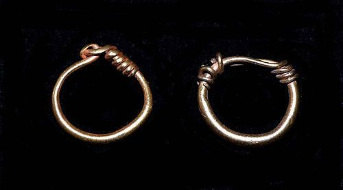 A GRECO-ROMAN PAIR OF GOLD EARRINGS