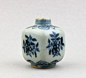 A MING DYNASTY 16th CENTURY B/W SQUARE SHAPED JAR
