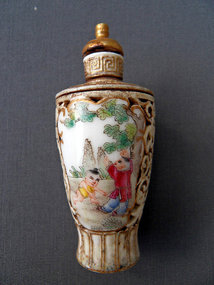 Hand painted rotating Chinese porcelain snuff bottle