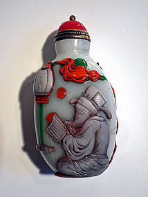 Chinese overlay glass snuff bottle with an old legend