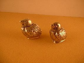 Two salt/pepper shakers in form of small bird
