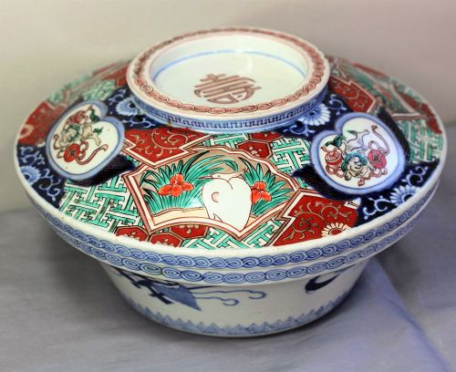 Japanese Imari Porcelain covered Serving Bowl, Meiji Period