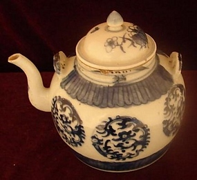 C. 1840 CHINESE EXPORT BLUE AND WHITE TEAPOT