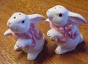 Mervyns white bunny rabbit with pink bow shakers