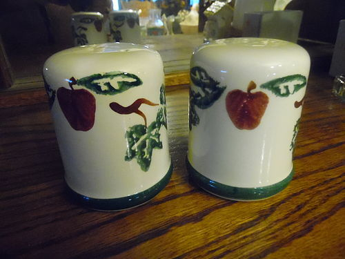 Crock Shop Apples and Ivy fat range shakers