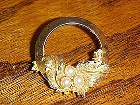 Sarah Coventry circular pin with faux pearl stones
