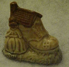 Wade Whimsies, nursery Rhyme, Old woman lived in a shoe