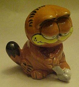 Garfield the cat golfer figurine