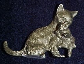 Spoontiques pewter Mamma cat carrying kitten figurine
