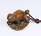 China Antique boxwood toggle Frog on Lotus Leaf