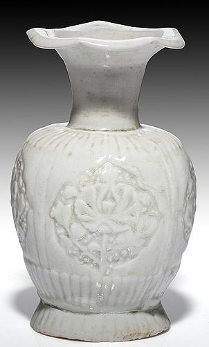 Fine Northern Song dynasty qingbai moulded floral pie crust small vase