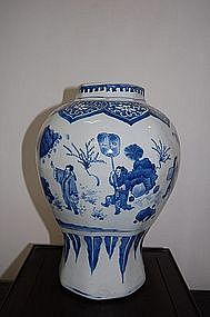 FINE AND RARE TRANSITIONAL BLUE AND WHITE FIGURAL VASE