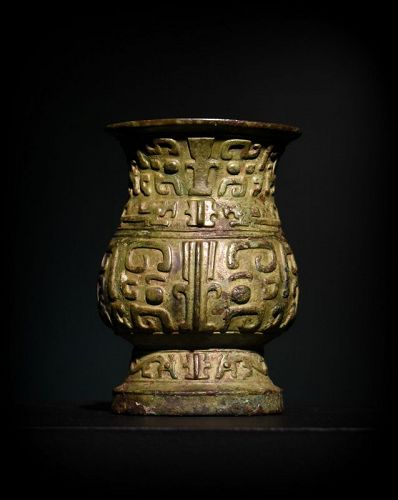AN ANTIQUE CHINESE SHANG DYNASTY ARCHAIC BRONZE ZHI WINE VESSEL