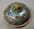 Lid in cloisonné enamels early Qing of China.