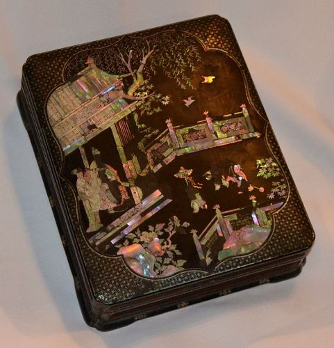 Chinese lacquered box inlay with mother of pearl Ming périod.