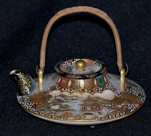 Little Satzuma teapot. Meiji périod.