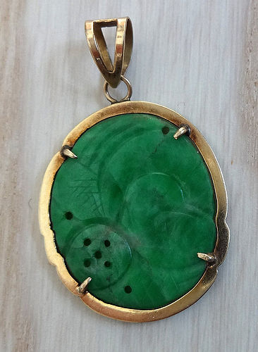 Small green nephrite jade (feicui) & gold pendant.