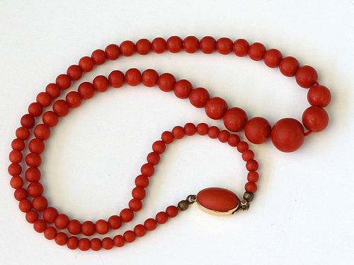 Fine, vintage strand of natural Italian red coral. 36 gr.