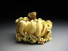 Japanese Antique Honey Bee Flower Petals Okimono Netsuke Statue Art