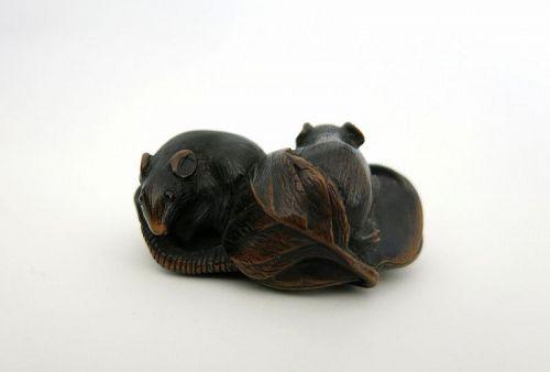 Netsuke by Masatomo : Two rats Japan Edo 19th century