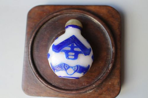 A blue overlay Glass snuff bottle.Qing Dynasty