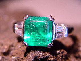 Spectacular Emerald-Diamond Ring 18K. White Gold
