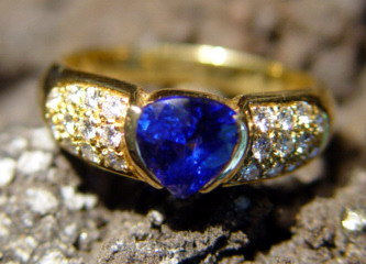 Spectacular Cornflower Blue Sapphire-Diamond Ring 18K.