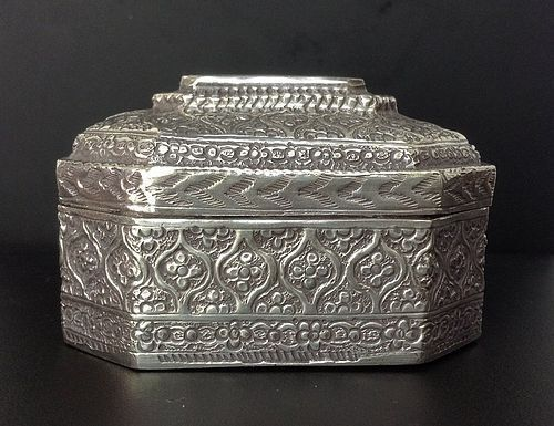 A FINELY WORKED INDIAN SILVER BOX WITH HINGE, 19TH CENTURY