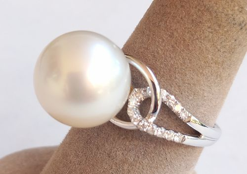 GENUINE LARGE SOUTH-SEA PEARL RING, 18K. WHITE GOLD WITH DIAMONDS
