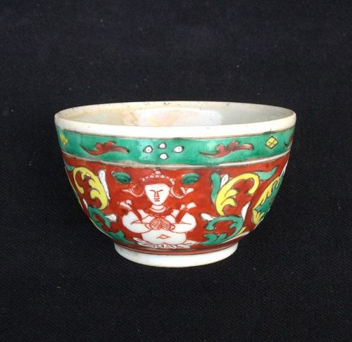 BENJARONG TEA CUP DEPICTING THEPANOM ANGEL/FLOWERS, 18TH CENT.