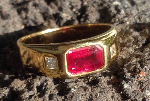 GENUINE PIGEON BLOOD RUBY RING 18K. FLANKED BY 2 SQUARE DIAMONDS