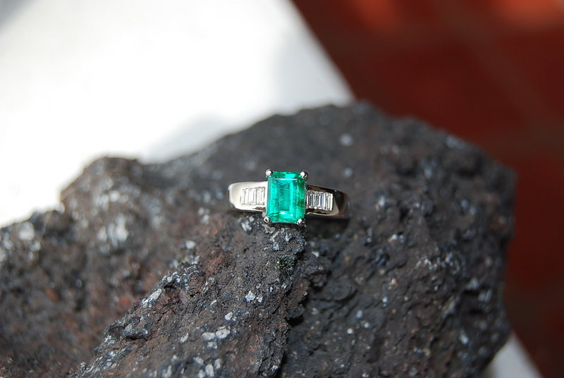 18K White Gold Ring set with an Emerald & 6 Diamonds