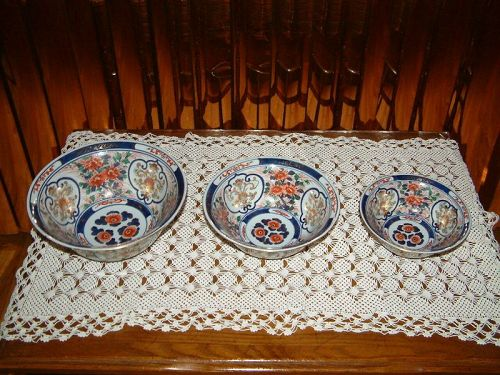 Antique set of 3 Chinese Imari bowls marks on bases in  good condition