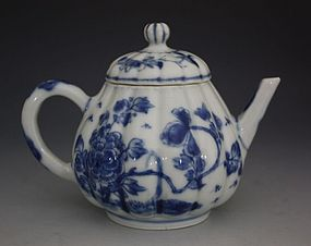 CHINESE BLUE AND WHITE TEAPOT KANGXI 17/18thC