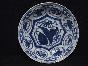 16TH C. MING WANLI BLUE AND WHITE KRAAK DISH