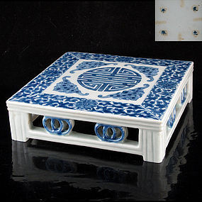 19TH C DAOGUANG MARK AND PERIOD BLUE & WHITE STAND