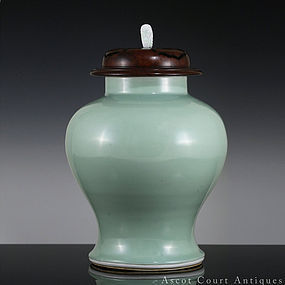 18TH C KANGXI YONGZHENG MONOCHROME CELADON COVERED JAR